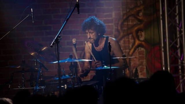 Jojo Mayer am Schlagzeug auf der Bühne