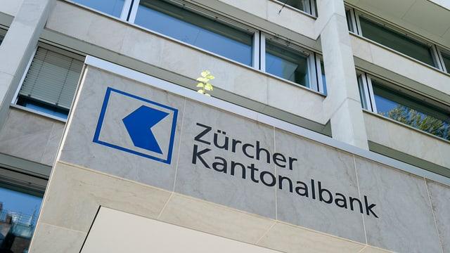 Schriftzug Zürcher Kantonalbank am Hauptsitz der Bank in Zürich