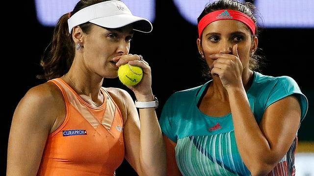 Martina Hingis und Sania Mirza tuscheln zusammen.