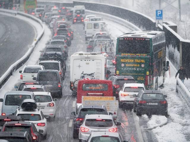 Stau, Schnee, einige Autos stehen fast quer.