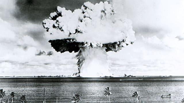 Test einer Atombombe auf dem Bikini-Atoll im Juli 1946 durch die USA.