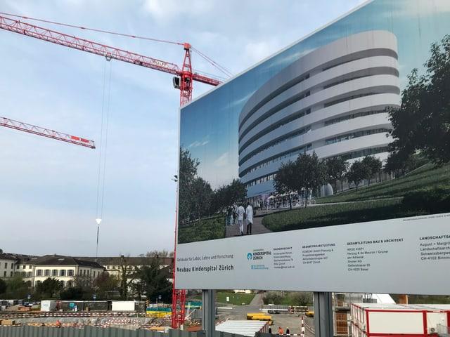 Hinweistafel zeigt die geschwungene Form des künftigen Gebäudes für Labor, Lehre und Forschung