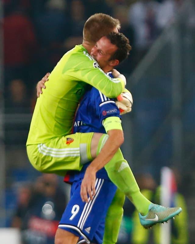 Basel-Keeper Vaclik feiert Torschütze und Captain Streller nach dem 1:0-Heimsieg in der Champions League gegen Liverpool.