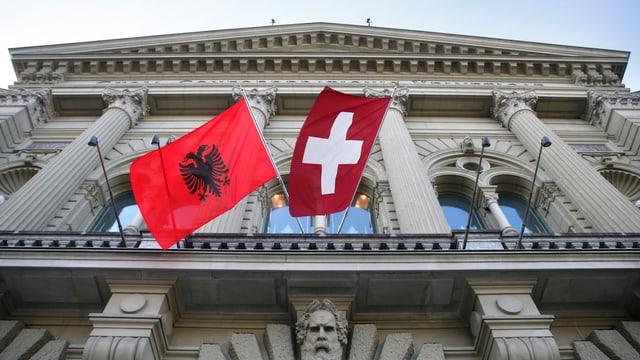 Die Flaggen Albaniens und der Schweiz wehten im März 2015 aufgrund eines Besuches des albanischen Parlamentspräsidenten Ilir Meta an der Fassade des Bundeshauses.