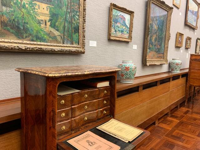 Galerie des Museums Langmatt mit einem Sekretär.