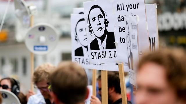 Demonstranten mit «Stasi 2.0» Plakaten, darauf das Konterfei von Obama