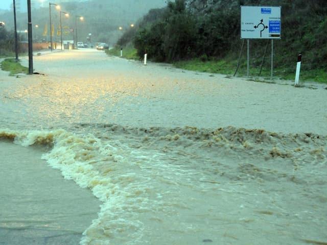 Eine überflutete Strasse.