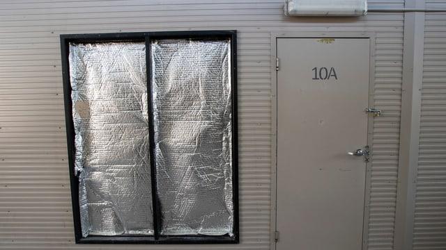 Abgedunkeltes Fenster.