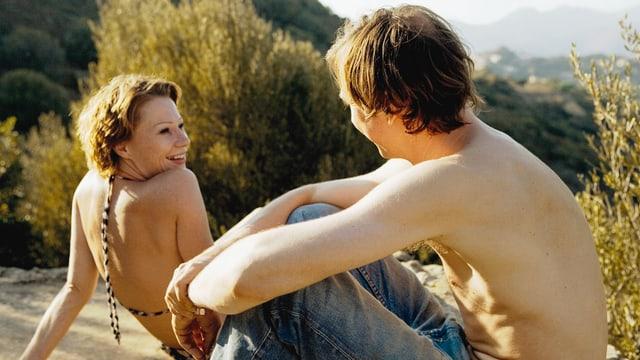 Eine Frau und ein Mann nehmen ein Sonnenbad.