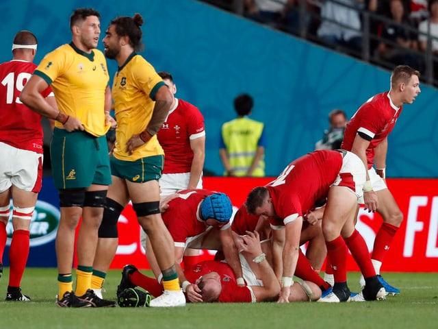 Wales jubelt, während die Australier geknickt daneben stehen.