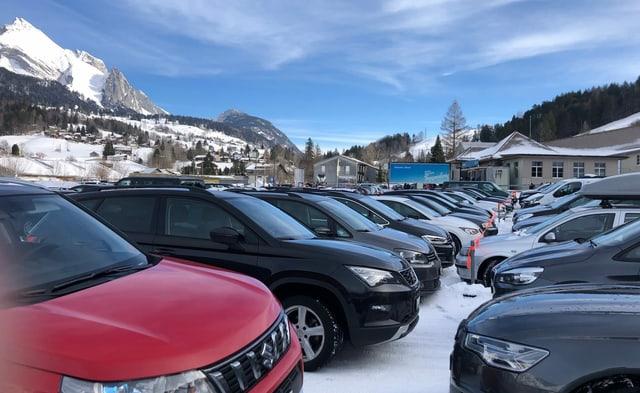 Blick auf einen belegten Parkplatz im winterlichen Wildhaus.