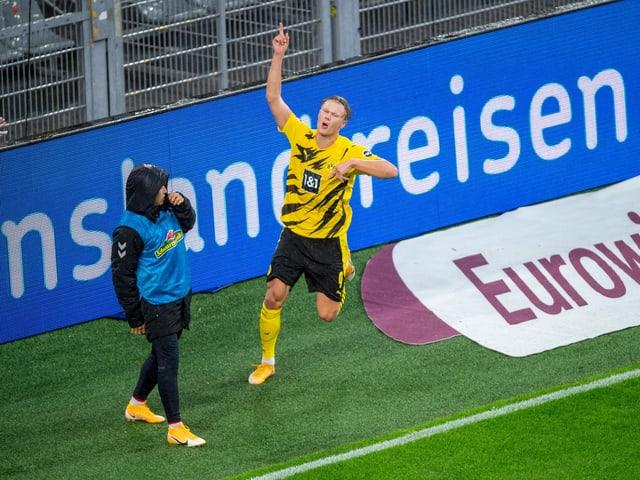 Erling Haaland trifft gegen Freiburg doppelt.