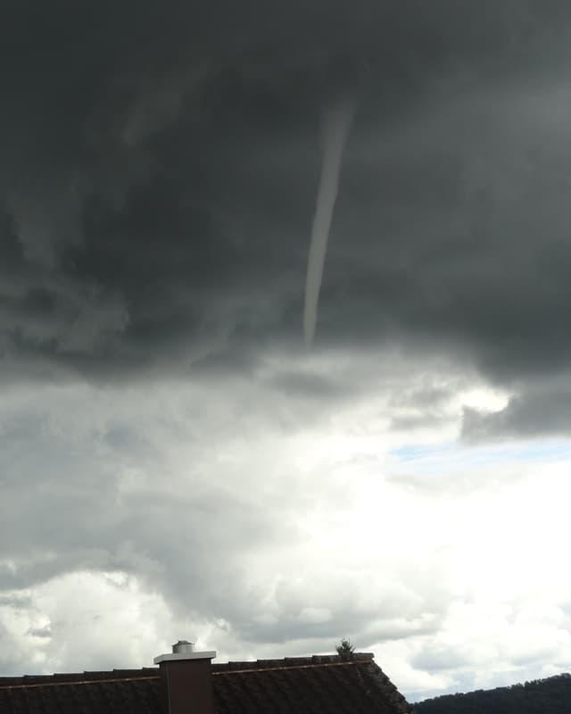 Wolkenrüssel aus einer dunklen Regenwolke.