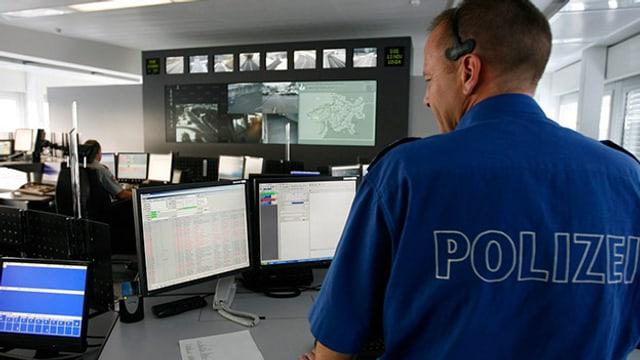 Polizist in der Notruf- und Einsatzzentrale