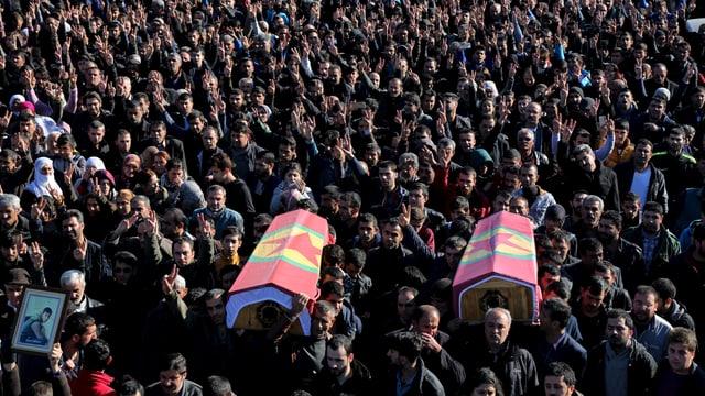 Die beiden getöteten kurdischen Demonstranten werden im Rahmen eines Marsches zu Grabe getragen.