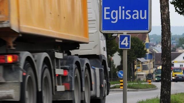Der Verkehr rollt durch Eglisau, am Montag, 30. September 2013. Die Ortsdurchfahrt von Eglisau ist mit rund 22 000 Fahrzeugen täglich belastet.