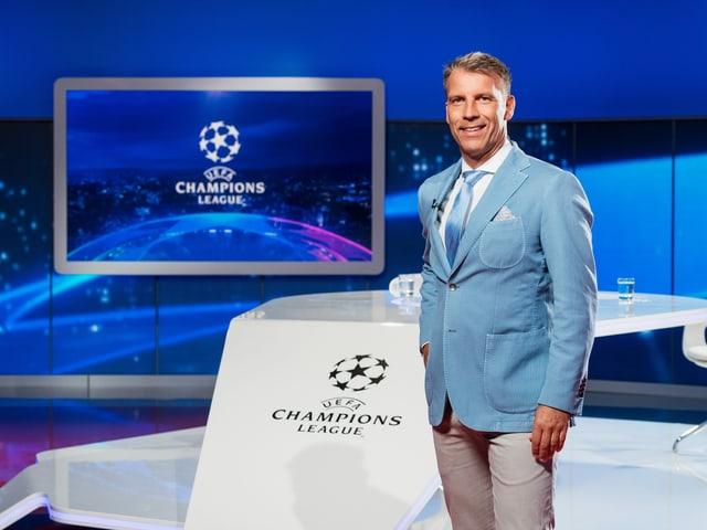 Peter Knäbel steht im SRF-Studio am Champions-League-pult.