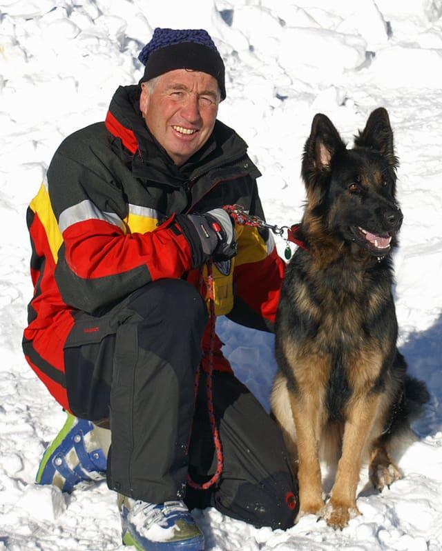Walter Erni cun ses chaun da lavinas.