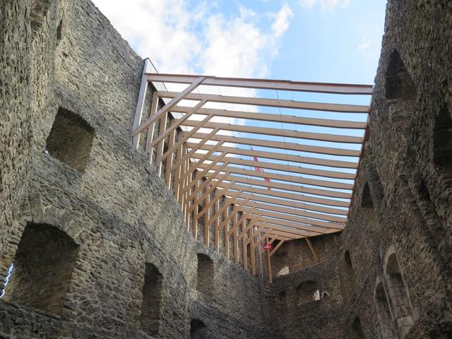 Dach aus Balken und Glas.