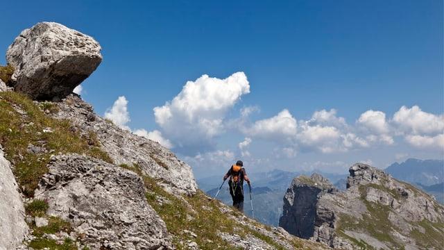 Ein Wanderer in den Bergen.