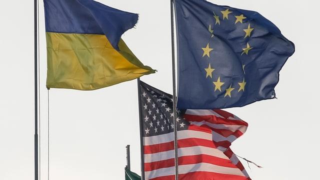 Symbolbild: Die Flaggen der Ukraine, der EU und der USA flattern im Wind.