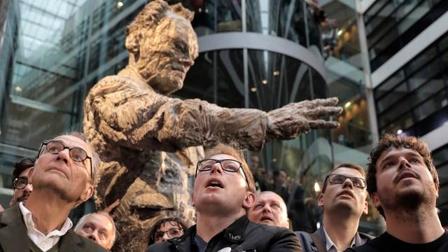 Willy-Brandt-Statue und SPD-Anhänger
