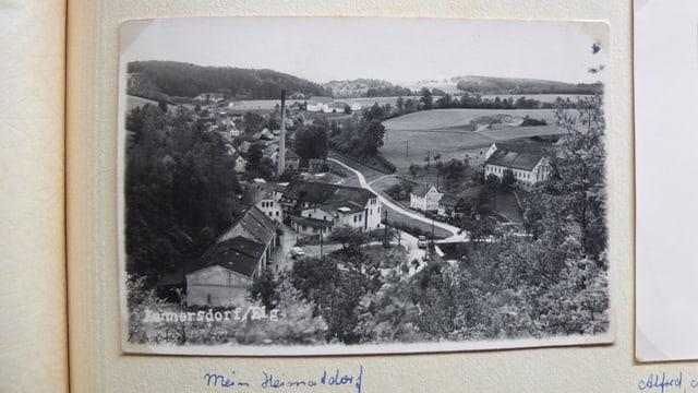 Alte Postkarte zeigt ein Dorf.