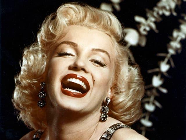 Porträt von Marilyn Monroe, die Lippen rot geschminkt und offen.