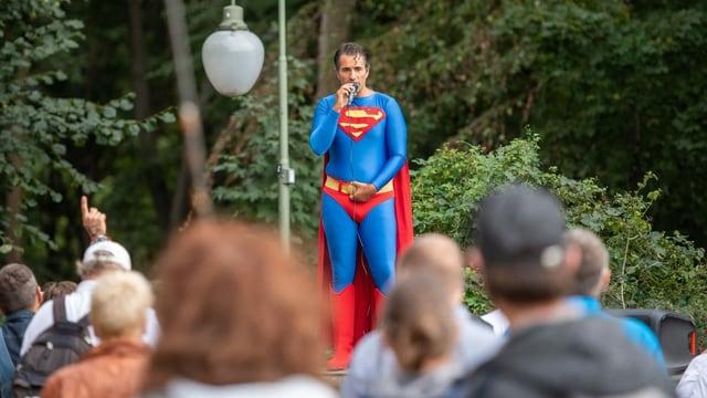 Kundgebungsteilnehmer in Superman-Kostüm spricht bei einer Demonstration gegen die Corona-Maßnahmen an der Siegessäule. Foto: Christophe Gateau/dpa +++ dpa-Bildfunk +++ (KEYSTONE/DPA/Christophe Gateau)