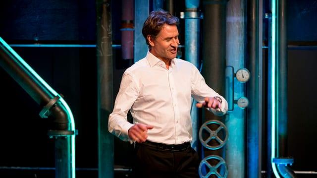 Rob Spence auf der Bühne von Comedy aus dem Labor.