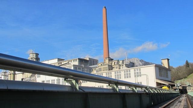 Blick auf ein altes Fabrikgebäude mit einem markanten Kamin.