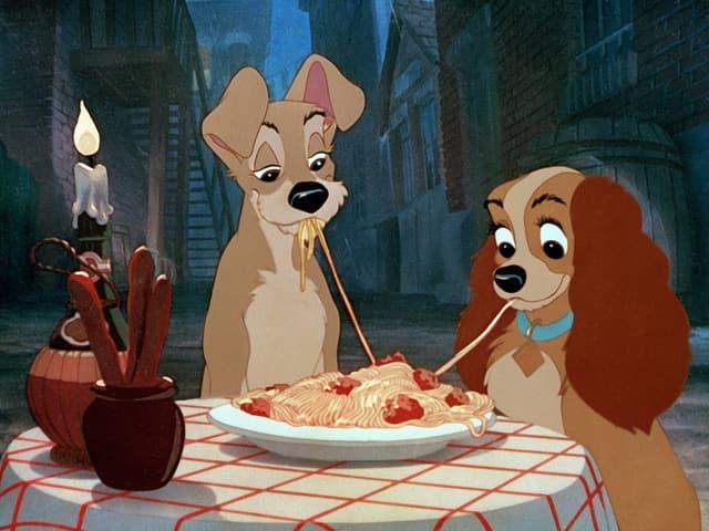 Filmszene aus Susi und Strolch, wo sie gemeinsam Spaghetti essen.