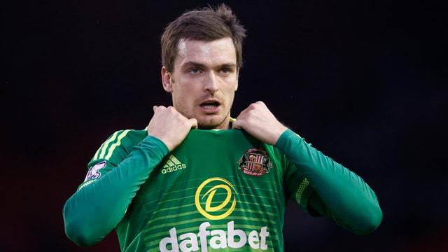 Adam Johnson zupft am Sunderland-Trikot.