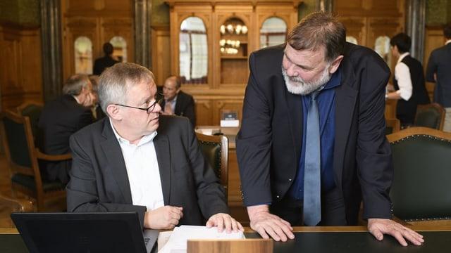 Pierre-Alain Fridez und Jean-Paul Gschwind unterhalten sich im Nationalratssaal