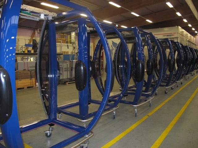 Blick in die Produktionshalle der CWA Olten auf die blauen Gondeln.