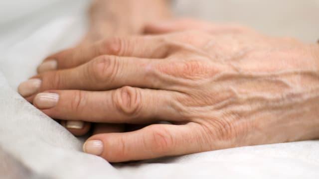 Zwei Hände liegen gefaltet übereinander