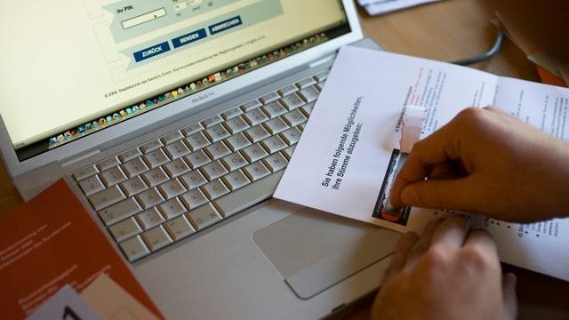 Ina persuna survegn il code per votar electronic