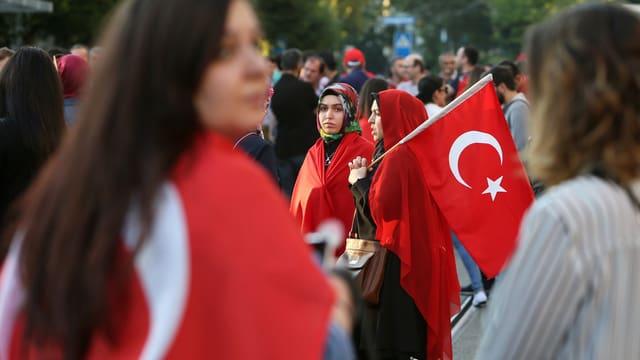 Frauen mit Türkei-Fahnen.