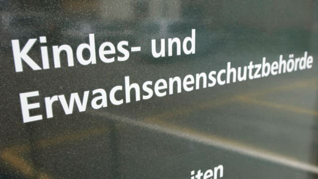 Schriftzug Kindes- und Erwachsenenschutzbehörde auf Türe