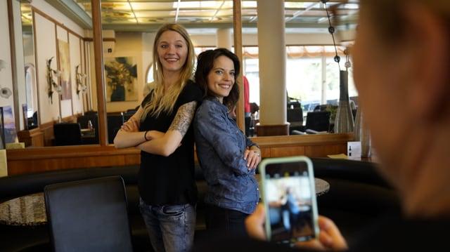 Mona Vetsch mit Sarah Scheiber, Betreuerin der Gehörlosen-Wohngruppe.