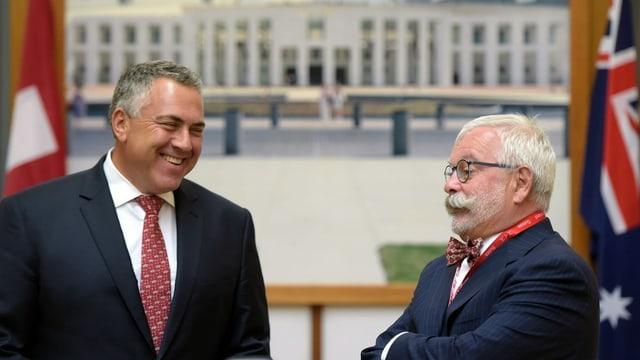 Stutz mit dem ehem. australischen Finanzminister Joe Hockey, 2015 in Canberra.