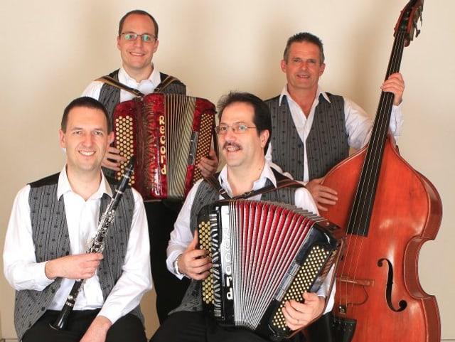 Zwei Akkordeonisten, ein Klarinettist und ein Kontrabassist auf einem Gruppenfoto.