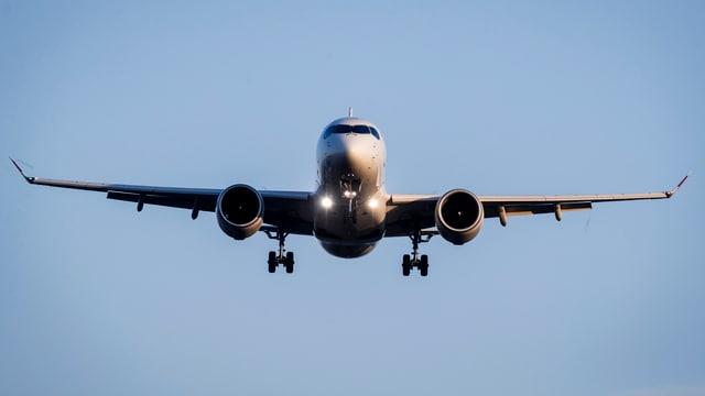 Flugzeug beim landeanflug von Vorne