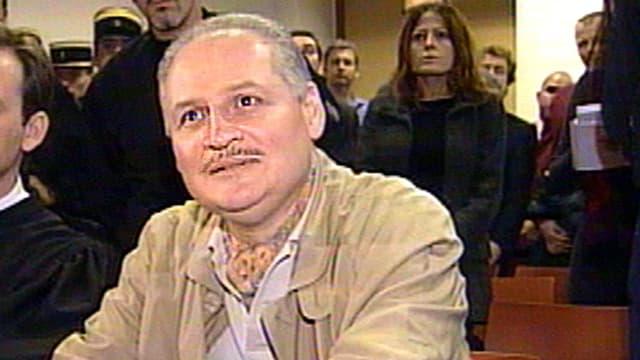 Carlos in einem Gerichtssaal.