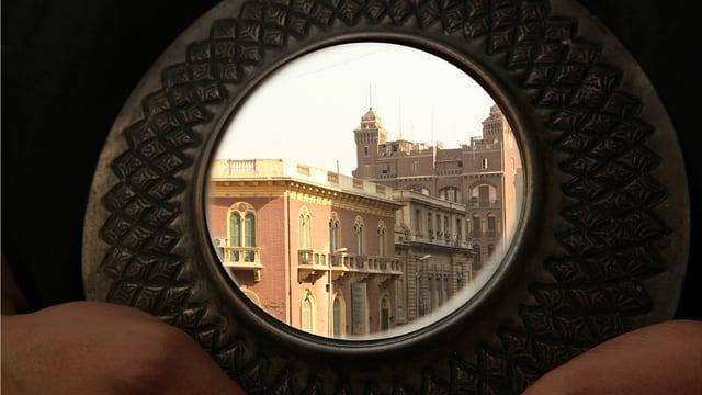 Ägyptische Gebäude, die man durch einen Ring hindurch sieht.