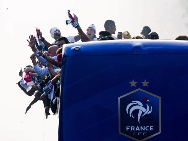 In diesem offenen Bus liessen sich die Spieler feiern.