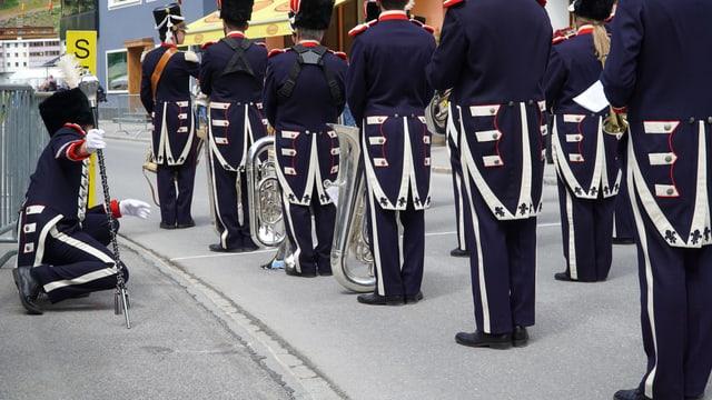 Il dirigent da la musica da Domat currigia anc ina giada che tuttas ritschas stattan endretg.