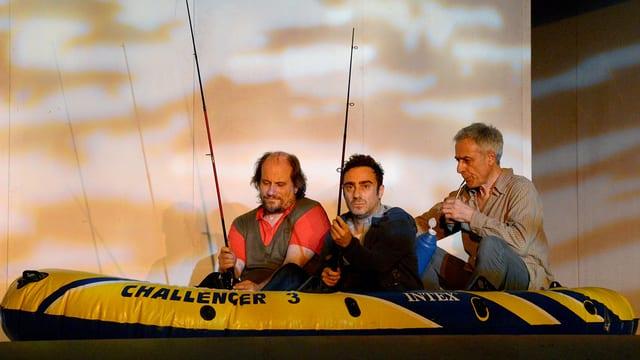 Drei Männer in einem Schlauchboot.