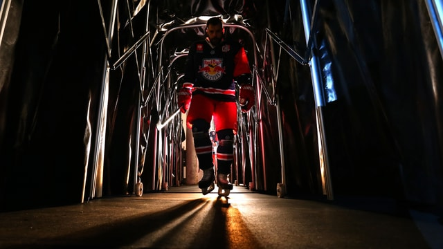 Ein Spieler von Red Bull Salzburg betritt durch einen dunklen Tunnel das Spielfeld.