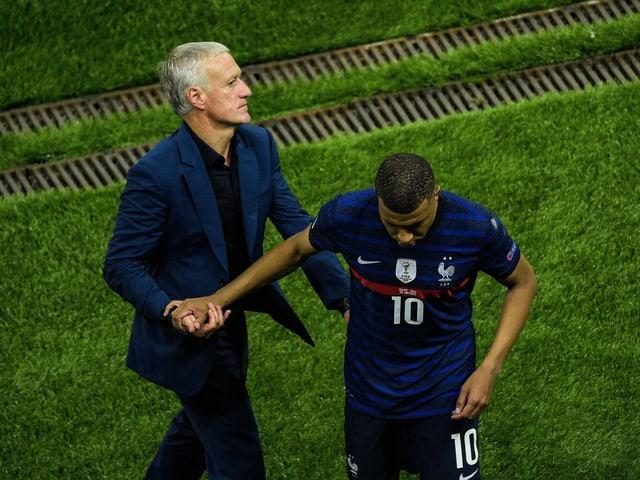 Trainer Didier Deschamps und Stürmer Kylian Mbappé